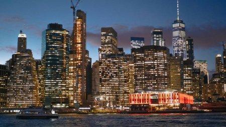 Photo pour Les lumières de la ville sur les toits de Manhattan à New York - photographie de voyage - image libre de droit