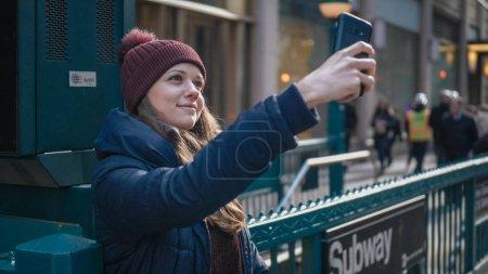 Photo pour Jeune femme au coin d'une rue à Manhattan New York - photographie de voyage - image libre de droit