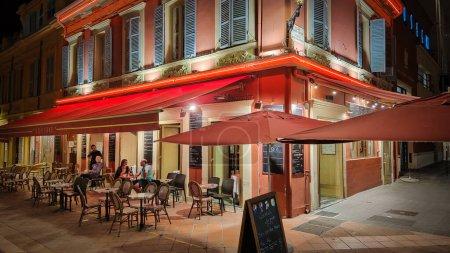 Photo pour Restaurants, bars et cafés dans le quartier historique de Nice - NICE, FRANCE - 12 JUILLET 2020 - image libre de droit