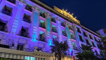 Photo pour Hôtel Le Royal à Nice - coloré illuminé la nuit - NICE, FRANCE - 12 JUILLET 2020 - image libre de droit
