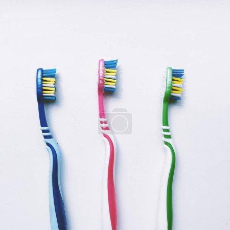 Photo pour Brosses à dents, dentifrice et rinçage sur fond blanc. Concept dentaire et de santé . - image libre de droit