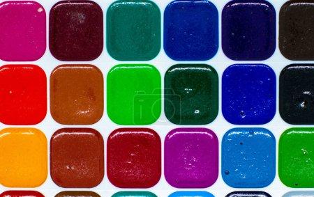 Photo pour Peintures aquarelles artistiques. Couleurs vives sur la palette. Beau fond créatif pour le dessin. - image libre de droit