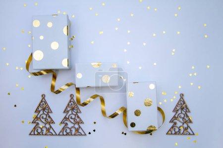 Photo pour Fond de Noël avec boîtes-cadeaux et confettis sur la table - image libre de droit