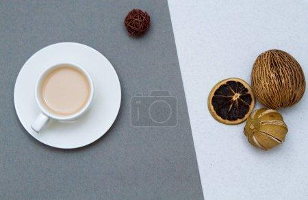 Photo pour Café boisson dans une tasse blanche sur un fond gris. - image libre de droit