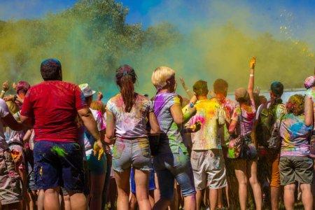 Photo pour Kiev, Ukraine, 6.09.2018 : Beaucoup de gens au festival dans la peinture brillante de Holi. Une foule de jeunes hommes et de jeunes femmes se jettent de la peinture en vrac. - image libre de droit