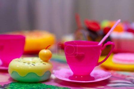 Photo pour Tasse de café en plastique sur la table - image libre de droit