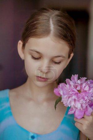 Photo pour Portrait d'une belle fille avec fleur - image libre de droit