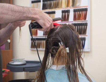 Photo pour Fers plats infrarouges de travail dans le salon de coiffure - image libre de droit