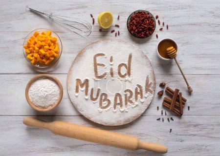 """Photo pour Eid Moubarak - Fête islamique expression de bienvenue """"Joyeuses Fêtes"""", salutation réservée. Cuisine arabe arrière-plan - image libre de droit"""