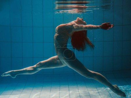 Photo pour Sport sportif femme sous-marin dans la piscine - image libre de droit