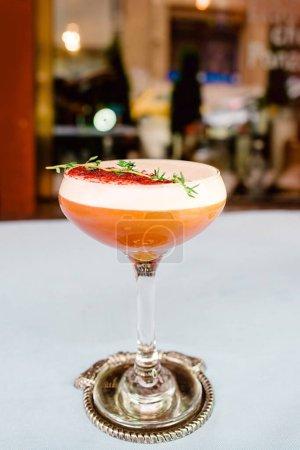 Photo pour Cocktail aigre-orange avec agrumes dans un élégant verre au bar - image libre de droit