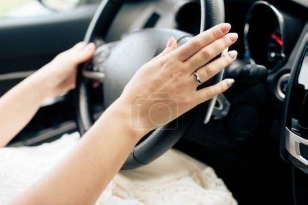 Photo pour Mains de fille sur le volant d'une voiture - image libre de droit