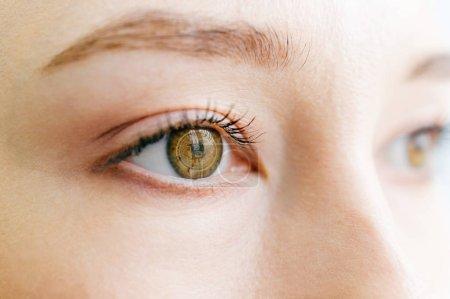 Photo pour Gros plan vue partielle de belle femme avec Bitcoin signe sur les yeux regardant loin - image libre de droit