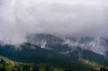 Photo pour Vue panoramique sur les nuages pluvieux orageux sur les collines de montagne - image libre de droit