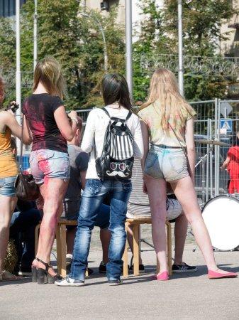 Photo pour Fille avec un sac à dos élégant avec coloration Juventus sur le festival Holi écoute de la musique. L'amour du symbolisme dans un contexte de denim. Sur un fond blanc à droite peut être votre texte . - image libre de droit