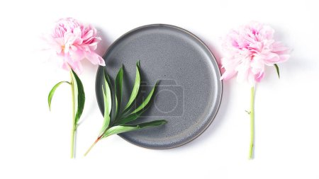 Photo pour Flower panoramic banner. minimalistic composition on a white background. peony flower and a gray dish. - image libre de droit