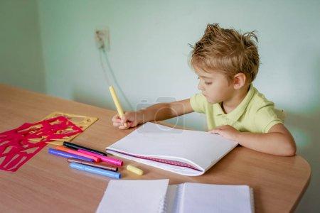Photo pour Petit dessin léger de garçon de cheveux avec des crayons de couleur. - image libre de droit