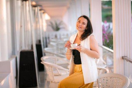 Photo pour Portrait de la belle femme assis dans le café de plein air en Italie, boire du café. - image libre de droit