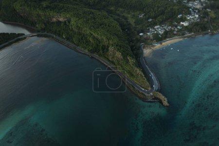 Photo pour Gros plan de petite île verte est lavé de tous les côtés de l'océan - image libre de droit