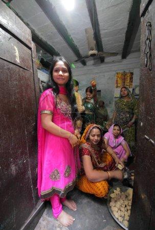 Photo pour Femmes locales sur les rues de Varanasi dans l'Uttar Pradesh, Inde. - image libre de droit
