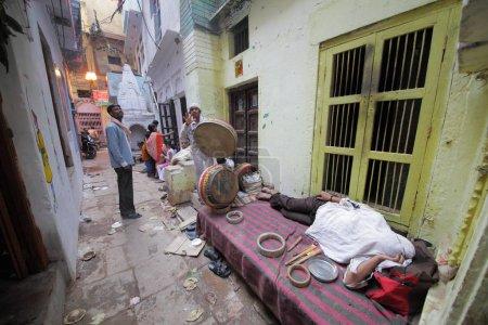 Photo pour Populations locales sur les rues de Varanasi dans l'Uttar Pradesh, Inde. - image libre de droit