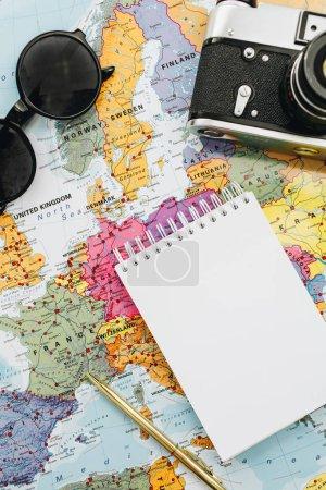Photo pour Les notes de voyage se moquent. Europe carte, appareil photo, lunettes de soleil et portable. Couché plat, vue du dessus . - image libre de droit