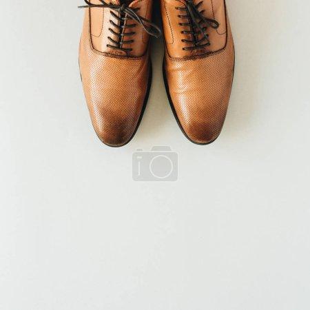 Photo pour Chaussures en cuir pour hommes. Couché plat, vue du dessus fond de la mode - image libre de droit