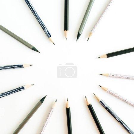 Cadre rond de crayons sur fond blanc. Concept de minime vue plat Lapointe, top