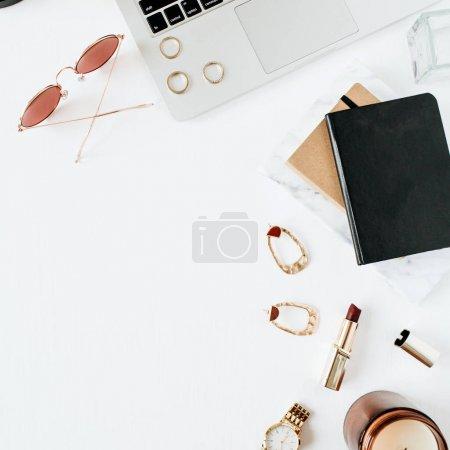 Photo pour Espace de travail de bureau à la maison avec l'ordinateur portatif, accessoires sur le fond blanc. Flat lay, vue du haut. Concept de mode. - image libre de droit
