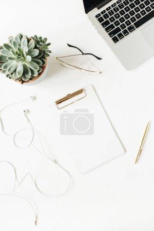Photo pour Espace de travail de bureau à la maison avec le presse-papiers d'espace de copie vide, ordinateur portatif, écouteurs, lunettes, succulent sur le fond blanc. Flat lay, top view concept minimal moderne. - image libre de droit