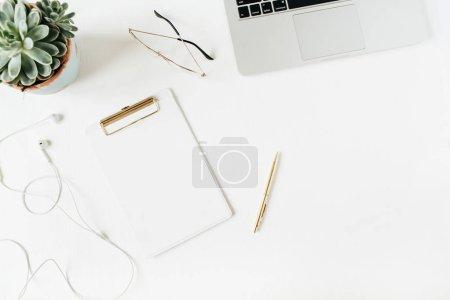 Photo pour Espace de travail de bureau à la maison avec le presse-papiers d'espace de copie vide, ordinateur portatif, écouteurs, lunettes, succulent sur le fond blanc. Flat lay, top view moderne minimaliste héros de blog en-tête. - image libre de droit