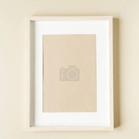 Foto de Marco de foto mínimo en pared beige. Concepto de diseño interior moderno. Mock espacio de copia en blanco. - Imagen libre de derechos