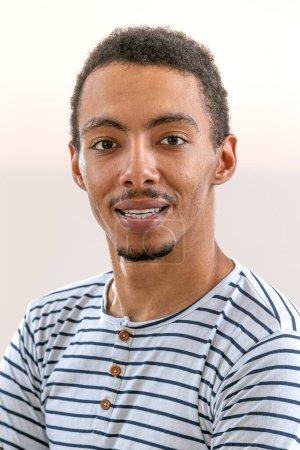 Photo pour Portrait tête et épaules du jeune Afro-Américain - image libre de droit