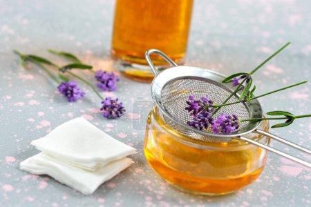 Photo pour Aromathérapie naturelle saine et traitement de la peau à la lavande française bio, lotion lavande, soin du visage, fait main - image libre de droit