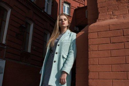 Photo pour Modèle fille dans un manteau. Style de rue et photo de mode. - image libre de droit