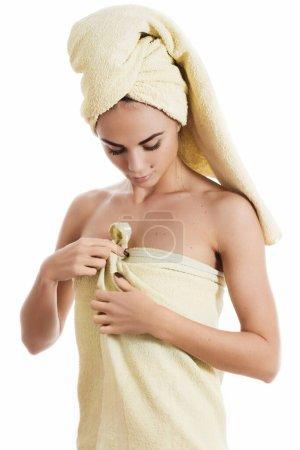 Photo pour Spa soins de la peau beauté femme séchage des cheveux avec serviette sur la tête après la douche - image libre de droit