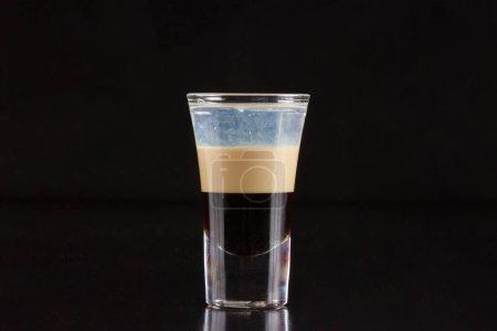 Photo pour Verre avec cocktail d'alcool sur fond noir - image libre de droit