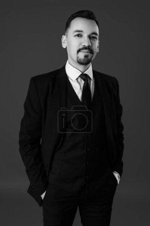 Photo pour Portrait studio d'un homme souriant en costume - image libre de droit