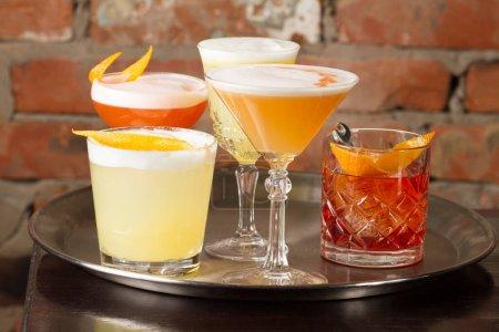 Photo pour Verres de cocktails alcoolisés sur table en bois - image libre de droit