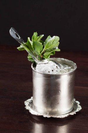 Photo pour Cocktail alcool sur fond noir - image libre de droit