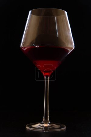 Photo pour Verre à vin rouge sur fond noir - image libre de droit
