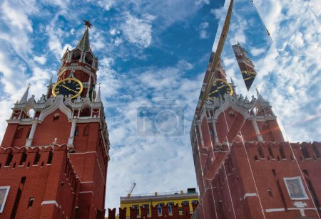 Photo pour Moscow, Russian Federation, September 8, 2020: The Kremlins Spasskaya Tower and its reflection in the mirror wall. Sunny day. - image libre de droit