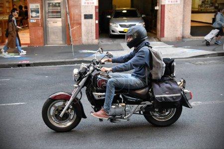 Photo pour Vue d'un motocycliste dans la rue - image libre de droit