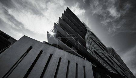 abstrakte Schwarz-Weiß-Tiefansicht moderner Dreieck-Architektur .