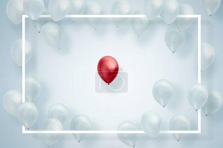 Foto de Globo rojo destacando de multitud de globos blancos. Liderazgo, independencia, iniciativa, estrategia, disidencia, pensar diferente, singularidad, concepto de éxito empresarial - Imagen libre de derechos