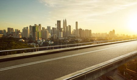 Photo pour Route de survol asphalte vide avec l'horizon du paysage urbain moderne - image libre de droit