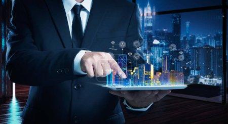 Photo pour Homme d'affaires travaillant sur la table numérique avec intelligence iot et smart city montrant sur écran virtuel  . - image libre de droit