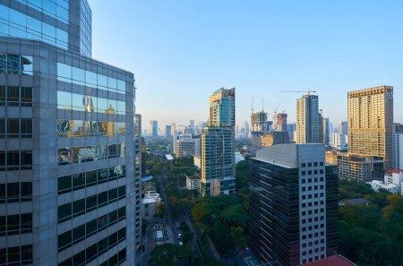 Photo pour Gratte-ciel moderne d'affaires agrandi et immeubles de grande hauteur, centre commercial. Scène de matin de Bangkok . - image libre de droit