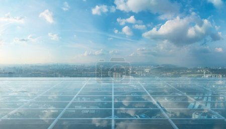 Piso de vidrio transparente vacío en la azotea con horizonte de la ciudad
