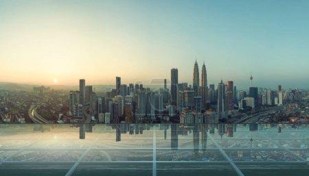 Moderno piso de vidrio transparente vacío en la azotea con horizonte de la ciudad